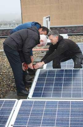 Oplevering zonnepanelen op dit flatgebouw van Pré Wonen